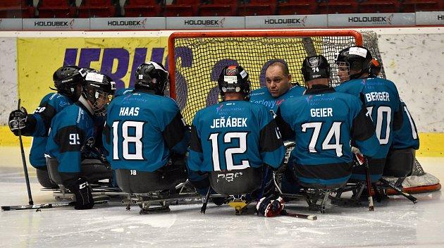Ovíkendu si hráči karlovarského SKV Sharks (vmodrém) připsali na konto výhru 4:0 nad Olomoucí, ktomu pak přidali prohru sPardubicemi 4:6.