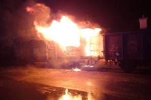Na nádraží v Karlových Varech hořel železniční vagon.