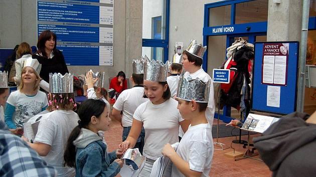 VÁNOČNÍ KOLEDY zpívaly děti během slavnostního zahájení vánoční výstavy ve vestibulu krajského úřadu