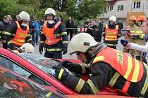 Profesionální hasičské jednotky z celého Jihočeského kraje se v Jindřichově Hradci utkaly v soutěži ve vyprošťování osob.