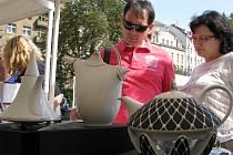 ZÁJEM O NÁVŠTĚVU některých továren v Karlovarském kraji, ale také o jejich produkty, roste. Potvrzují to i tisíce lidí na letošních Porcelánových slavnostech v Karlových Varech.