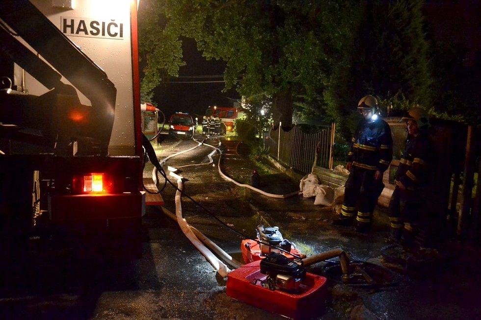 Prudké bouřky se prohnaly krajem a zaměstnaly hasiče.
