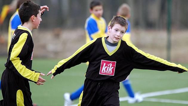V dalším kole okresního přeboru žáků si druhé vítězství v sezoně mohl vychutnat na ostrovské umělce žákovský výběr KSNP Sedlec (v černém), který pokořil Pernink (ve žlutém) v poměru 5:0.