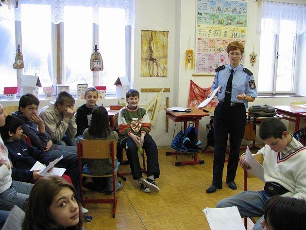 SPOLÉHAJÍ RADĚJI NA PREVENCI. Karlovarští strážníci debatují se žáky základních a speciálních škol i na téma školní šikany.