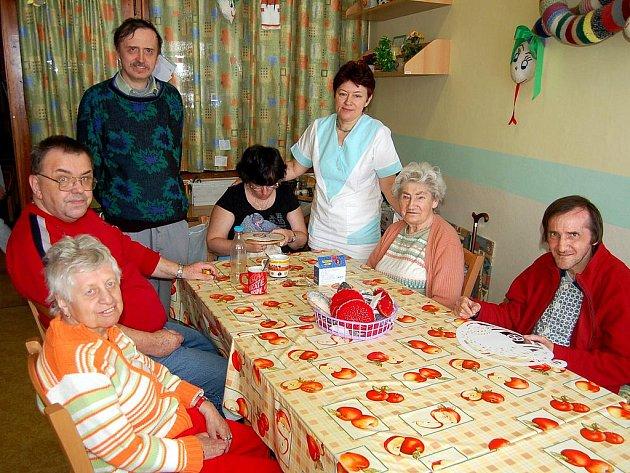 POVÍDÁNÍ I VYRÁBĚNÍ. Klienti Domova pro seniory v Perninku se scházejí, společně si povídají a tvoří nejrůznější výrobky.
