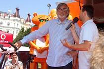 Olympionik Lukáš Bauer, prezident MFF Jiří Bartoška i miss ČR Renata Langmanová podpořili v rámci Mezinárodního filmového festivalu nadaci ČEZ.