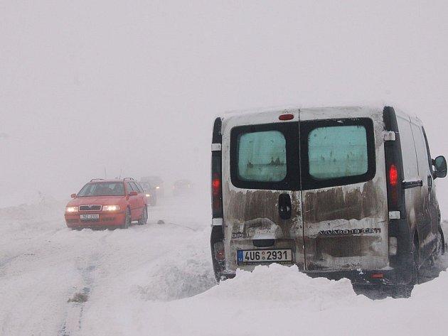 Daň za sněhovou nadílku. Lyžařům se dostatek sněhu líbí, ale na silnicích jsou mnohdy problémy. Takto to vypadalo v sobotu mezi Božím Darem a Neklidem.