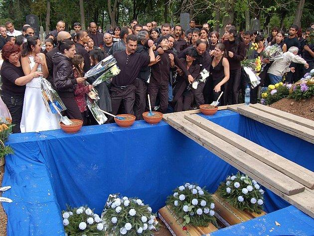Pohřeb obětí nehody, která se stala v noci na sobotu 30. srpna na staré Chodovské silnici v Nejdku.