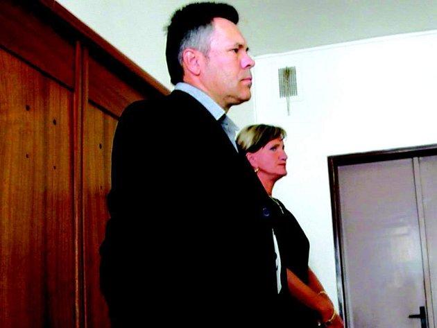 Před Okresním soudem v Sokolově stanuli bývalý ekonom Václav Pursch a pokladní Blanka Prokešová.
