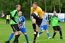 V zahajovacím kole skupiny A urval tři body divizní Ostrov (v modrobílém), který udolal Královské Poříčí v poměru 2:0.