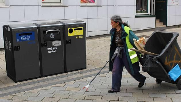 Nové moderní inteligentní odpadkové koše v ulicích.