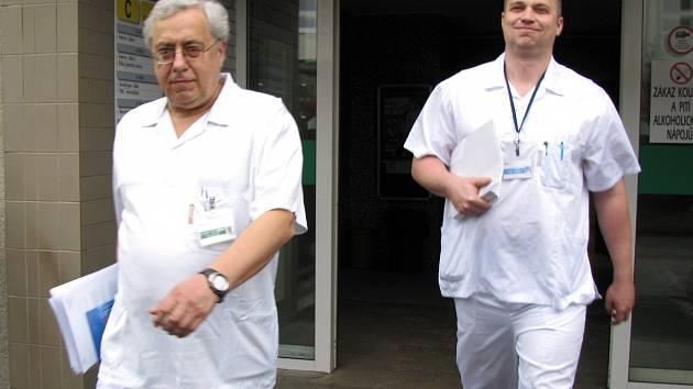 Generální ředitel Karlovarské krajské nemocnice Petr Svoboda (vlevo) končí...