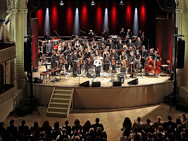 SVÉ STANOVISKO k současnému vývoji prezentovala většina členů Karlovarského symfonického orchestru při sobotním koncertu při příležitosti otevření rekonstruovaného Národního domu.