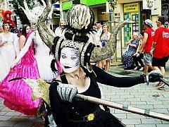 BAREVNÝ PRŮVOD. Fantastické masky a pestrobarevný průvod opět zaplaví centrum města. Podívaná to bude velká.