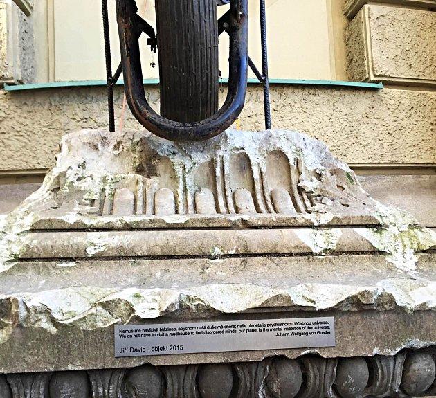 Instalace Jiřího Davida s podstavcem Goethova pomníku.