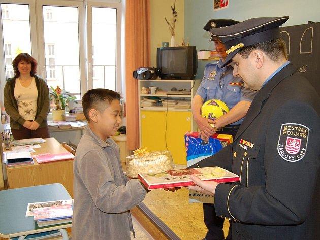 Toník, Tuan Haong Minh, žák páté třídy Základní školy Dukelských hrdinů, dostal za svůj příkladný čin od strážníků městské policie (gratuloval mu velitel Marcel Vlasák) spoustu dárků. Navíc se stal čestným strážníkem.