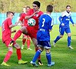 Nejdecký FK (v modrém) slavil v prvním kole krajského poháru výhru 5:0 nad Hvězdou Cheb (v červeném), když všechny trefy obstaral útočník Filip Neudert.