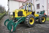 Studenti Střední lesnické školy ve Žluticích budou při výuce využívat nový lesní traktor.