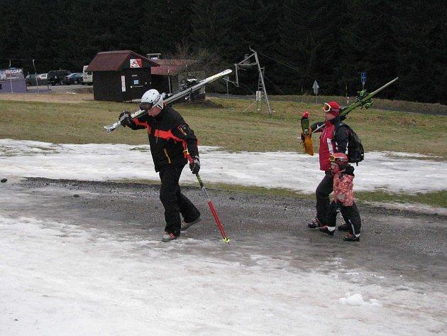 BEZ SNĚŽENÍ a mrazu se skiareály ani lyžaři neobejdou. O obojí byla dosud nouze.