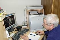 JE TO MOŽNÉ? Starosta Jenišova Ivan Truksa (na snímku) stanovisku stavebního úřadu nerozumí a netají se tím, že je jím naprosto šokován. Přesto se nevzdává
