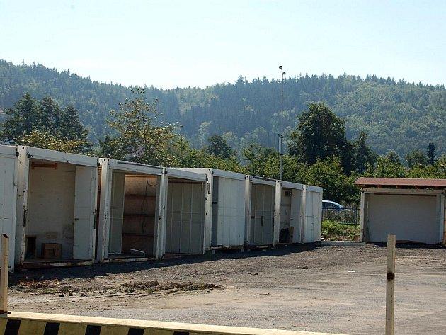 Burza s kulturou. Plechové kontejnery, do nichž je vyříznut otvor na dveře, budou sloužit jako stánky pro prodej na burze na bývalém zimním stadionu. Burzu na stadionu AC Start město zakázalo.
