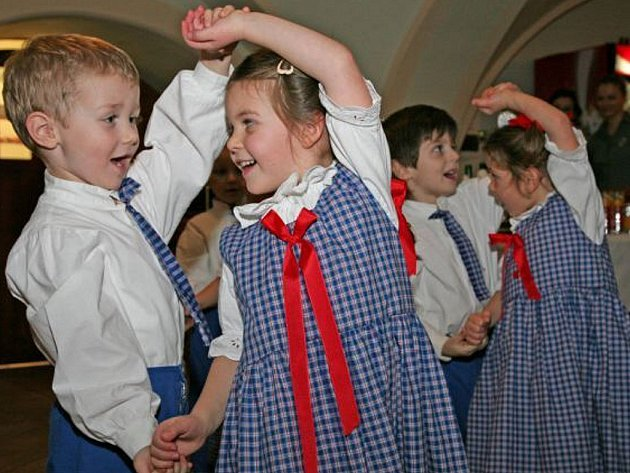 DĚTI VYSTOUPILY. Pro stavaře si v chyšském pivovaru žlutické děti připravily taneční vystoupení.