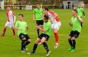 Pohodovou výhru 6:0 brali na svém dvorském stadionu fotbalisté karlovarské Slavie v souboji s Jankovem (v zeleném).