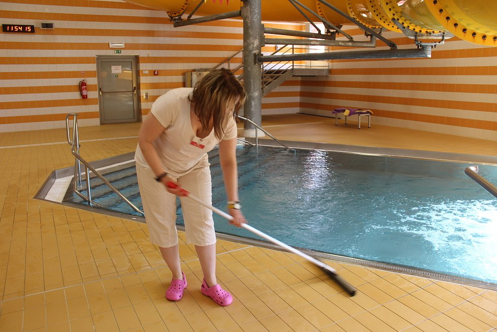 Radka Pažková při úklidu bazénu KV Areny.
