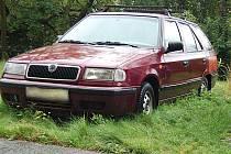 Ani auto zarůstající na parkovišti trávou nemusí být nutně vrakem.