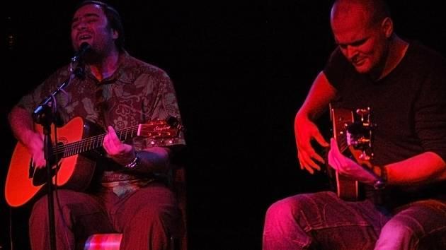 Kytarista a zpěvák Zdeněk Bína vystupuje v akustickém projektu s basistou Janem Urbancem.