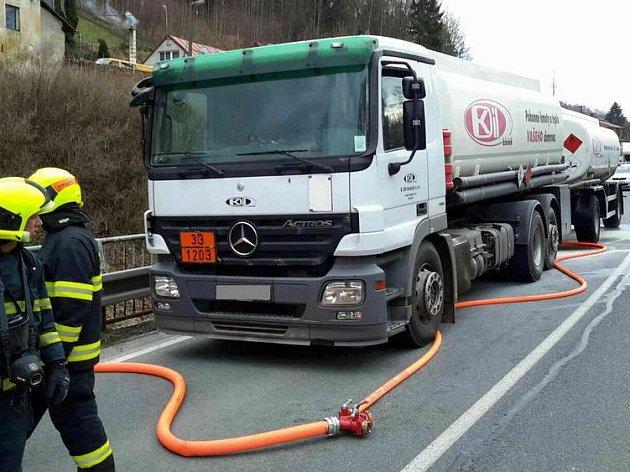 Hasiči v Horním Slavkově ochlazovali brzdy cisterny s benzinem