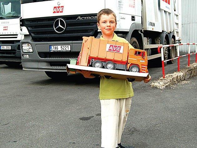 Pětiletý Miloušek Janda s výhrou, modelem popelářského vozu.