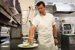Oldřich Sahajdák je jedním ze dvou Čechů, kteří mají Michelinovu hvězdu. V sobotu vařil v Grandhotelu Pupp veřejnosti pětichodové menu. Hotel chce v těchto akcích pokračovat. Foto: GH Pupp
