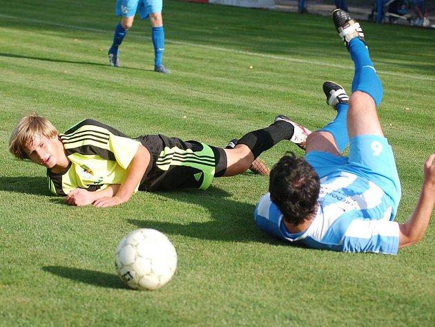 Chodov si v domácím prostředí připsal na své konto podzimní premiérové vítězství nad Českým Brodem (v modrém) 2:0.