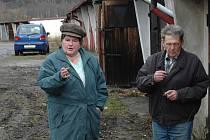 BYLO TO DOBRÉ MÍSTO. Jiřina Sendlerová se přijela do Jabloňové s manželem podívat na jejich garáž. Auto už v ní dávno nemají. Vydrželo by jim v ní možná pár hodin.