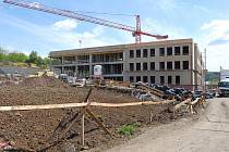 Výstavba moderního Centra technického vzdělávání v Ostrově pokračuje podle plánu.