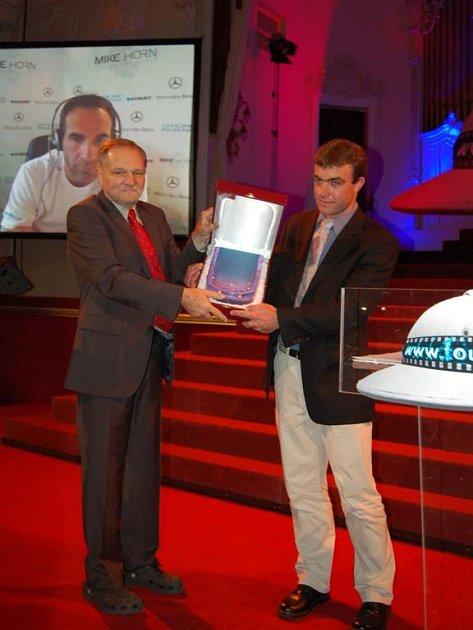 Jihoafrický cestovatel Mike Horn (v pozadí na plátně) převzal cenu prostřednictvím svého spolupracovníka Alexise Häslera (vpravo).