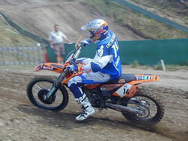 Holanďan De Reuver při jízdě mistrovského závodu v loňském roce. Letos je v průběžném pořadí šampionátu zatím na desátém místě a bude patřit k favoritům závodu MX1.