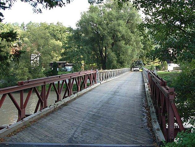 STARÝ MOST NEVYHOVUJE. Současný most v Šemnici  je jen provizorní a nevyhovuje požadovaným normám.