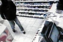Takhle lupiče, který s nožem přepadává čerpací stanice v Karlových Varech, zachytila průmyslová kamera. Policie přivítá jakékoliv informace na lince 158.