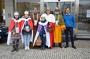 Karlovy Vary - Ve znamení Tříkrálové sbírky byl začátek nového roku. Koledníci s kasičkami se vydali do ulic malých obcí i velkých měst, aby vybrali peníze na pomoc potřebným lidem. Do akce pořádané Farní charitou se zapojily stovky dobrovolníků, do ulic