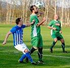 Ostrovští fotbalisté (v modrém) dosáhli na třetí jarní domácí výhru v řadě za sebou, když tentokrát smázli v okresním derby karlovarskou Lokomotivu (v zeleném) v poměru 10:2.