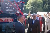 Otevírání vlečky z Kyselky do Mostkovic. V popředí vlevo ředitel KMV Antonio Pasquale, vpravo hejtman Josef Novotný.