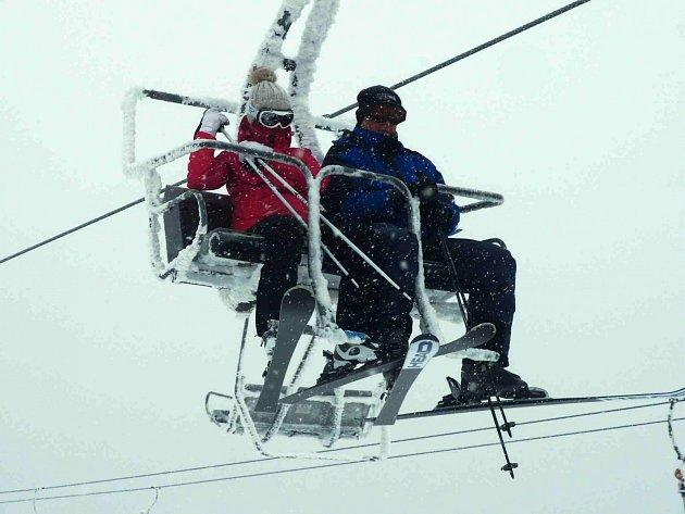 Skiareál Boží Dar Neklid nabízí celkem přes šest kilometrů prostorných sjezdovek. Plusem tohoto střediska je komornější prostředí.