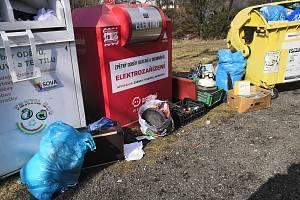 Nelegální odpad u březovských popenic.