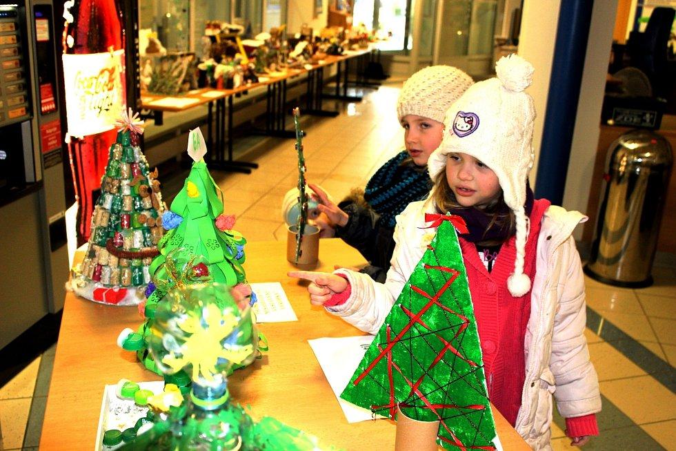 V rámci výtvarné soutěže Hrajeme si s odpady ocenil kraj také kolektivní práci dětí z Mateřské školy Rotava. Ty na snímku ukazují na svůj vítězný vánoční stromeček, se kterým vybojovaly první místo v kategorii A, pro děti do šesti let. Betlémy z konzerv,