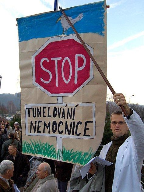 Demonstrace lékařů před krajským úřadem.