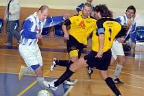 Tři body zajistil v Plzni v duelu s Pumidasem týmu FutFetu kanonýr Jiří Drobný (u míče), který v tomto utkání vstřelil soupeři z Plzně hned tři góly. Nakonec FutFet slavil výhru v poměru 4:3.