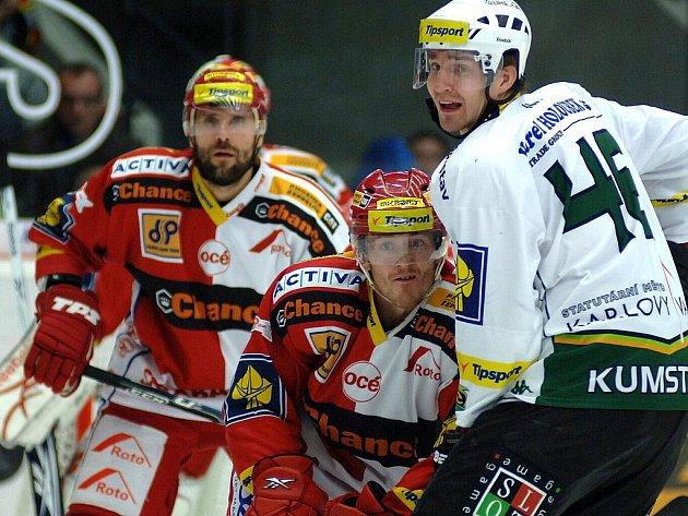 Obránci Slavie Kolařík a Tomica (uprostřed) si hlídali Petra Kumstáta a celkem se jim to dařilo.