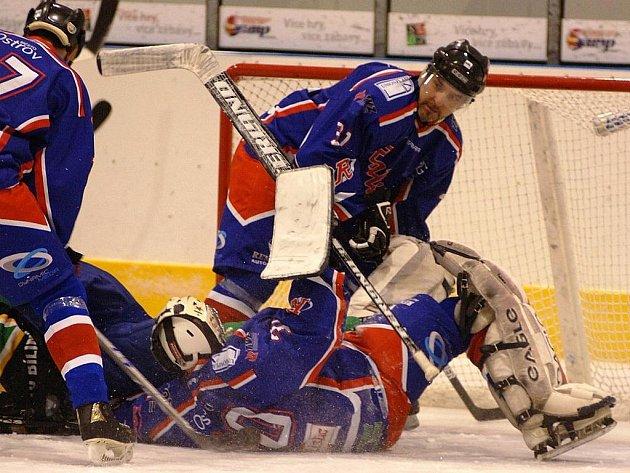 Hokejisté ostrovského Realisticu (v modrém) porazili v dalším utkání krajské ligy Bílinu 7:2.